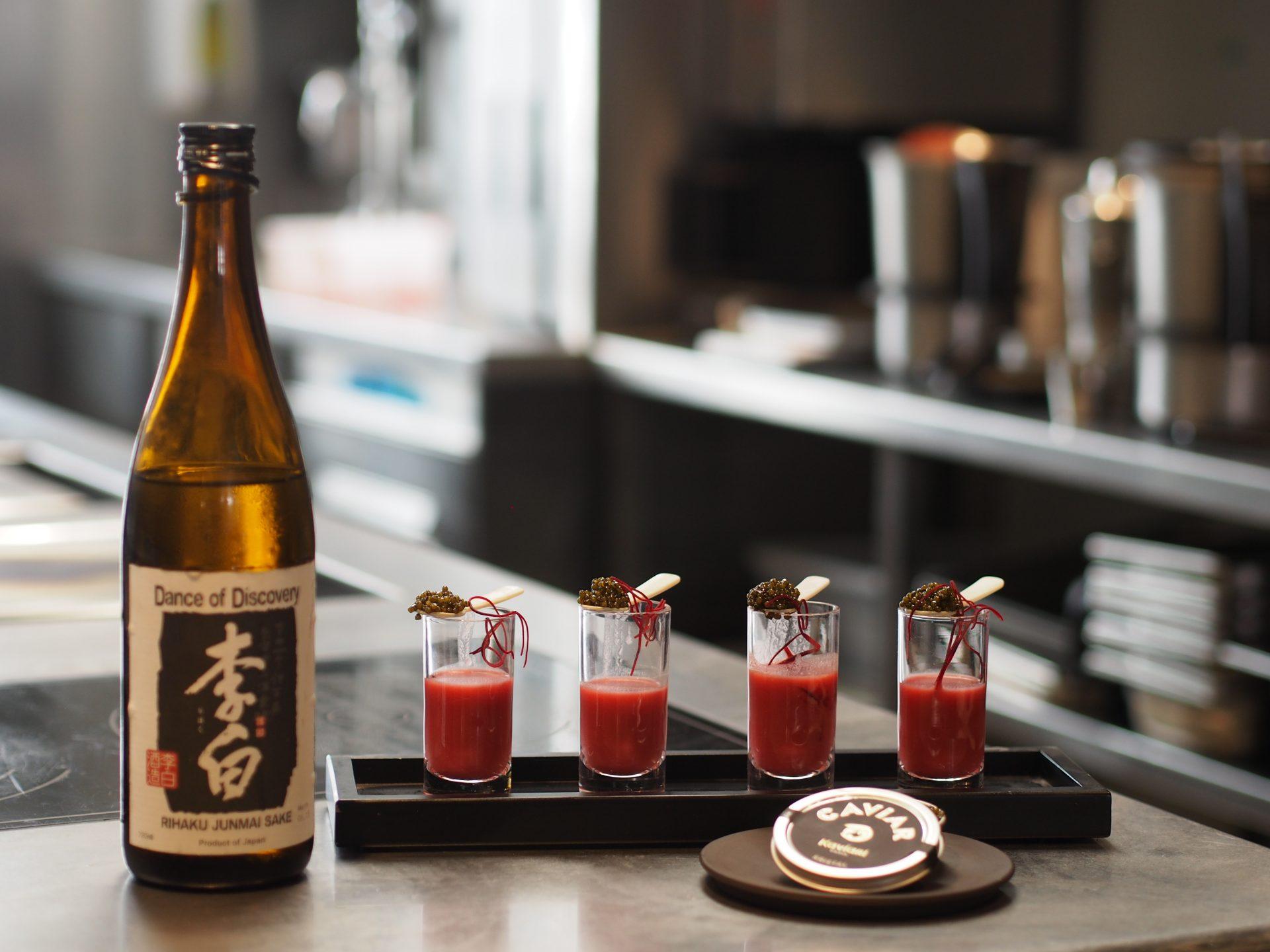 Saké cocktail avec le saké Danse of Discovery de Rihaku par Kaviari et chef Stéphane Pitré